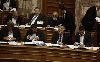 Ο πρωθυπουργός Αλέξης Τσίπρας (Δ) ψηφίζει κατά την διάρκεια της ψηφοφορίας επί της προτάσεως της κυβερνητικής πλειοψηφίας για τη συγκρότηση επιτροπής προκαταρκτικής εξέτασης για την υπόθεση NOVARTIS, στην Ολομέλεια της Βουλής, Πέμπτη 22 Φεβρουαρίου 2018. ΑΠΕ-ΜΠΕ/ΑΠΕ-ΜΠΕ/ΑΛΕΞΑΝΔΡΟΣ ΒΛΑΧΟΣ