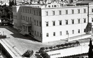 Το κτίριο της Βουλής των Ελλήνων εν αιχμαλωσία από τα τεθωρακισμένα των κινηματιών το πρωί της 21ης Απριλίου 1967. Η ταπείνωση της χούντας αρχίζει.