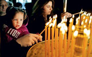 Πιστοί ανάβουν κεριά στην τελετή της Αποκαθήλωσης τη Μεγάλη Παρασκευή. (Φωτογραφία:  © AFP/VISUALHELLAS.GR)