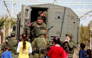 Ρώσοι στρατιώτες με παιδιά της Συρίας σε στρατόπεδο προσφύγων.