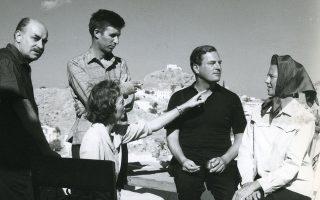 Από αριστερά, o Γκίκας, ο Κράξτον, η Μπάρμπαρα Γκίκα, ο Πάτρικ Λι Φέρμορ και η σύζυγός του Τζόαν στην Υδρα.