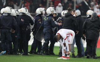 Η ΠΑΕ Ολυμπιακός κατέθεσε χθες αίτημα αναβολής για την έφεση που άσκησε σχετικά με την ποινή που της επιβλήθηκε για τα επεισόδια με την ΑΕΚ, το οποίο και έγινε δεκτό από την επιτροπή εφέσεων της ΕΠΟ. Ετσι, για πρώτη φορά στην ιστορία του ελληνικού ποδοσφαίρου, το ντέρμπι των «αιωνίων» θα διεξαχθεί δίχως την παρουσία θεατών στις εξέδρες.