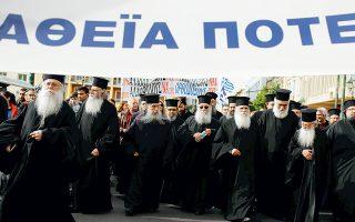 Προχθές, Κυριακή, στα Προπύλαια του Πανεπιστημίου Αθηνών – φυσικά, μετά τη θεία λειτουργία. Τελικά, το μαύρο ταιριάζει στα Προπύλαια...
