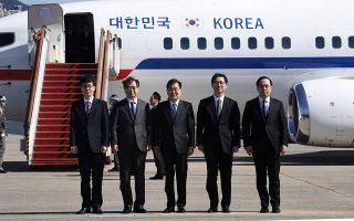 Η νοτιοκορεατική αποστολή ποζάρει στο στρατιωτικό αεροδρόμιο Σέον-γκναμ, νότια της Σεούλ, λίγο πριν από την αναχώρησή της προς τη Β. Κορέα.