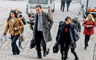 Οι δικηγόροι των δύο στρατιωτικών που συνελήφθησαν στον Εβρο, κατά την άφιξή τους χθες στο δικαστήριο.