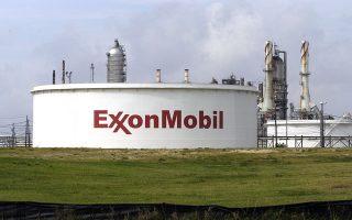 Η Exxon κατέβαλε 200 εκατ. δολάρια για να αποχωρήσει από την κοινοπραξία με τη Rosneft, με την οποία θα εκμεταλλευόταν από κοινού κοιτάσματα στη Θάλασσα του Κάρα και στη Μαύρη Θάλασσα. Πριν από πέντε χρόνια σχεδίαζε να επενδύσει πάνω από 3 δισ. δολάρια στη ρωσική ενεργειακή αγορά, αλλά υπαναχώρησε στα τέλη του 2014 λόγω του εμπάργκο των ΗΠΑ στη Ρωσία.