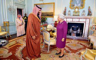 Τον διάδοχο του θρόνου της Σαουδικής Αραβίας, πρίγκιπα Μοχάμεντ μπιν Σαλμάν, υποδέχθηκε χθες η βασίλισσα Ελισάβετ της Αγγλίας στα ανάκτορα του Μπάκιγχαμ. Λίγο αργότερα, ο πρίγκιπας Μοχάμεντ επισκεπτόταν την πρωθυπουργό Τερέζα Μέι, η οποία υπογράμμισε τους ιστορικούς δεσμούς μεταξύ των δύο χωρών. Η κ. Μέι δέχθηκε, όμως, κριτική από τον ηγέτη της αντιπολίτευσης Τζέρεμι Κόρμπιν, για την αρωγή που προσφέρει το Λονδίνο στις πολεμικές επιχειρήσεις του Ριάντ κατά της Υεμένης, μιλώντας για συνέργεια σε εγκλήματα πολέμου.