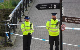 Αστυνομικοί φρουρούν τον χώρο όπου βρέθηκαν αναίσθητοι ο Ρώσος πρώην κατάσκοπος και η κόρη του, στο Σάλσμπερι της νότιας Αγγλίας.