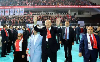 Ο Τούρκος πρόεδρος Ταγίπ Ερντογάν χαιρετά τους οπαδούς του, στη διάρκεια συγκέντρωσης στην Αγκυρα.
