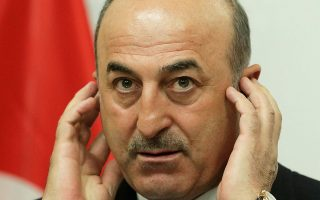 Χαμένος στη μετάφραση μοιάζει ο Τούρκος υπουργός Εξωτερικών Μεβλούτ Τσαβούσογλου στη διάρκεια χθεσινής συνέντευξης Τύπου, στη Βιέννη.