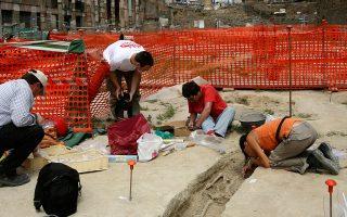 Η αρχαιολόγος Αννα ντε Σάντις στην ανασκαφή της Αγοράς του Καίσαρα, στο κέντρο της Ρώμης.