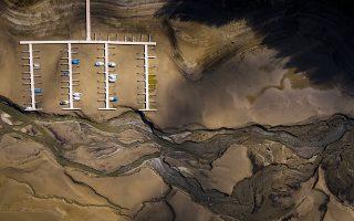 Περιμένοντας την άνοιξη. Δεκαπέντε με είκοσι εκατοστά κατέβηκε η στάθμη της τεχνητής λίμνης Gruyere στην Ελβετία. Ολοι περιμένουν την άνοιξη και το λιώσιμο των πάγων από τα γύρω βουνά για να αποκατασταθεί.  EPA/VALENTIN FLAURAUD