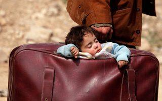 Δεν έχει τέλος. Ούτε ο ξεριζωμός, ούτε ο πόνος. Με μια βαλίτσα με όλα τους (στην κυριολεξία) τα υπάρχοντα φεύγουν από την ανατολική Γούτα οι νέοι πρόσφυγες.  REUTERS/Omar Sanadiki