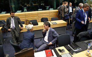 Τσακαλώτος και Λαγκάρντ συζητούν κατά τις δύσκολες ώρες του Ιουλίου 2015. Σε περίπτωση που αποφασιστεί τελικά η παραμονή του ΔΝΤ στο ελληνικό πρόγραμμα, πηγές στην Ουάσιγκτον εκτιμούν ότι η στάση του Ταμείου θα είναι πιο απόλυτη, τηρώντας όλες τις αυστηρές προϋποθέσεις.