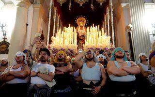 Τα μπράτσα της θρησκείας. Ζωσμένοι με ορθοπεδικές ζώνες και μαντίλια στο κεφάλι οι ¨costaleros'' είναι έτοιμοι να σηκώσουν το τεράστιο άγαλμα της Παρθένου Μαρίας. Η Μεγάλη Εβδομάδα των Καθολικών ξεκίνησε και ειδικά στην Ισπανία που οι παραδόσεις τηρούνται με ευλάβεια, αναμένεται να είναι όπως πάντα εντυπωσιακή και με κατάνυξη. EPA/Carlos Barba