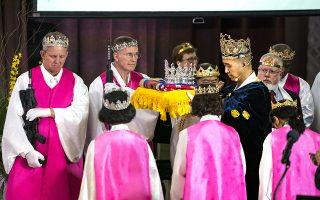Παλαβομάρες. Φορώντας αγιοβασιλιάτικα στέμματα και πέρα ως πέρα αληθινά αυτόματα όπλα AR-15 στο χέρι, οι πιστοί της εκκλησίας του Ιερού ευλογούνται από τον ιερέα τους Hyung Jin Moon. Η εκκλησία της Πενσυλβάνια έχει αποσχιστεί από την Εκκλησία της Ενοποίησης και  πιστεύει ότι τα όπλα αναφέρονται στο βιβλίο της Αποκάλυψης. Το μόνο που δεν αναφέρει είναι από που εμπνεύστηκαν τις φούξια ρόμπες και τα στέματα.  EPA/JIM LO SCALZO