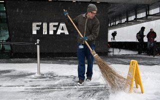 Την ώρα που η FIFA βρίσκεται με... τη σκούπα στο χέρι, πολιτεία και ποδόσφαιρο προσπαθούν να προβούν σε ριζικές αλλαγές και να πείσουν την παγκόσμια ομοσπονδία ότι θα τις εφαρμόσουν απαρεγκλίτως.