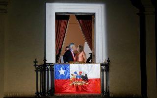 Ο Ρωμαίος της πολιτικής. Κανονικά στην ιστορία μόνο ένα φιλί σε μπαλκόνι υπάρχει. Αυτό του Ρωμαίου και της Ιουλιέτας. Δυστυχώς όμως οι πολιτικοί αρέσκονται να αλώνουν τα στερεότυπα των εικόνων για δικό τους όφελος. Ετσι ο νέος εκλεγμένος πρόεδρος της Χιλής Sebastian Pinera δίνει ένα φιλί στην σύζυγό του και πρώτη κυρία της χώρας  Cecilia Morel στο προεδρικό μπαλκόνι της La Moneda στο Σαντιάγο. REUTERS/ Rodrigo Garrido