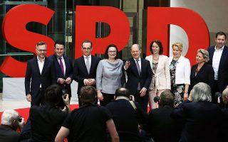 Η εν αναμονή ηγέτις των Σοσιαλδημοκρατών Αντρέα Νάλες, πλαισιωμένη από τα νέα μέλη του υπουργικού.