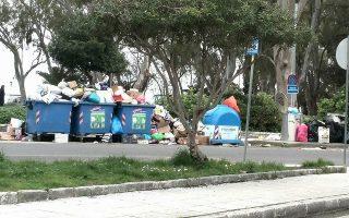 Τα απορρίμματα συσσωρεύονται σε όλο το νησί, ενώ ο Ιατρικός Σύλλογος Κέρκυρας κρούει τον κώδωνα του κινδύνου.