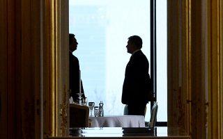 Ο πρόεδρος του Εθνικού Συμβουλίου της Σλοβακίας και ο πρωθυπουργός περιμένουν τον πρόεδρο της χώρας, στο κάστρο της Μπρατισλάβας.