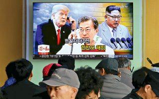 Εκπληξη ακόμη και σε στενούς συνεργάτες του Ντόναλντ Τραμπ προκάλεσε η απόφασή του να συναντηθεί, άνευ προϋποθέσεων, με τον ηγέτη της Βόρειας Κορέας Κιμ Γιονγκ Ουν, τον οποίο μέχρι πρότινος αποκαλούσε «μανιακό» και «μικρό πυραυλάνθρωπο». Είχε προηγηθεί η δέσμευση του Κιμ στους Νοτιοκορεάτες ότι θα καταργήσει το πυρηνικό του οπλοστάσιο αν εξασφαλίσει εγγυήσεις ασφαλείας από τις ΗΠΑ. Στη φωτογραφία, περαστικοί στον κεντρικό σιδηροδρομικό σταθμό της Σεούλ μαθαίνουν την εντυπωσιακή είδηση από την τηλεόραση.