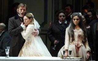 Η Λουτσία  (αριστερά), την οποία ερμήνευσε η Χριστίνα Πουλίτση, στην αγκαλιά του Εντγκάρντο, που ερμήνευσε ο Αλεξέι Ντολγκόφ.