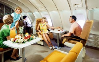 Επιβάτες απολαμβάνουν τις περιποιήσεις του προσωπικού στην καμπίνα της πρώτης θέσης ενός Boeing 747-B των Σκανδιναβικών Αερογραμμών (δεκαετία του 1970). (Φωτογραφία: © SAS)