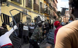 Η αστυνομία της Μαδρίτης προστατεύει τον Σενεγαλέζο πρόξενο.