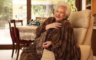 Η κ. Χαρούλα Λαμπροπούλου ποζάρει στον φακό του Νίκου Κοκκαλιά πριν από μερικές ημέρες.