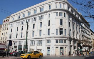 Η Λέσχη του Πανεπιστημίου Αθηνών στεγάζεται στην οδό Ιπποκράτους 15 και Ακαδημίας και είναι κληροδότημα του Αντώνη Παπαδάκη.