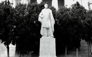 Ο Παναγής Βαλλιάνος, διά χειρός Γεωργίου Μπονάνου. Εκδήλωση για τον γλύπτη, με τις εγγονές του, στο Μουσείο Μπενάκη.