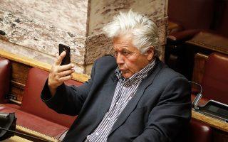 Γυρίζει την κάμερα του κινητού στη θέση για selfie και φτιάχνει το μαλλί. Για καλύτερο αισθητικό αποτέλεσμα, ρουφάει και τα μάγουλα...