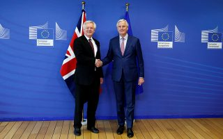 H χειραψία Μπαρνιέ - Ντέιβις επισφράγισε την πρόοδο στις διαπραγματεύσεις για το Brexit.