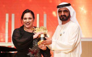 Η Αντρια Ζαφειράκου παραλαμβάνει το βραβείο από τον σεΐχη του Ντουμπάι.