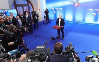 Ο Πούτιν μιλάει σε δημοσιογράφους στο αρχηγείο της προεκλογικής του εκστρατείας, στη Μόσχα, μετά την ανακοίνωση των exit polls, την Κυριακή.