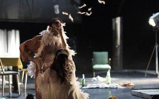 Στην πασίγνωστη σκηνή του βιασμού της Μπλανς από τον Κοβάλσκι, εκείνος μασουλάει τα πούπουλα από το μποά της ηρωίδας που στέκει στο ημίφως.