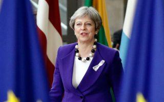 Η Τερέζα Μέι προσέρχεται στη Σύνοδο Κορυφής της Ε.Ε. την Πέμπτη. Οι πιέσεις της βιομηχανίας απέτρεψαν το σκληρό Brexit.