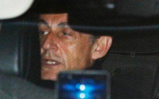 Ο Νικολά Σαρκοζί φεύγει από το αστυνομικό τμήμα της Ναντέρ, στο Παρίσι, όπου εκλήθη να δώσει απαντήσεις για τις κατηγορίες που αντιμετωπίζει.