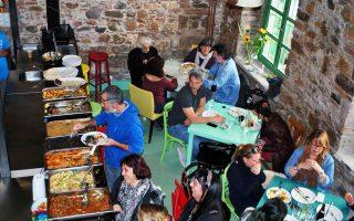 Σήμερα η επίσημη πρώτη για το «Ναν» με κουζίνα της Μεσογείου και της Ανατολής. Η φωτογραφία, από τη βραδιά γνωριμίας, το Σάββατο, με το κοινό.