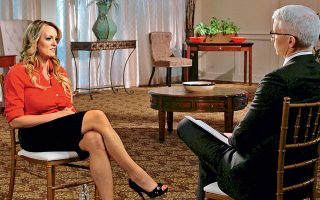 Εκνευρισμό προκάλεσε στον Λευκό Οίκο η πολύκροτη συνέντευξη της Στόρμι Ντάνιελς στο τηλεοπτικό δίκτυο CBS. Η ηθοποιός και σκηνοθέτις ταινιών πορνό αποκάλυψε λεπτομέρειες για τη σεξουαλική της συνεύρεση με τον Ντόναλντ Τραμπ το 2006 και άφησε υπαινιγμούς ότι δέχθηκε απειλές από το περιβάλλον του τότε μεγαλοεπιχειρηματία και νυν προέδρου, το 2011.