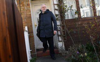 Ο Τζέρεμι Κόρμπιν, χθες, έξω από το σπίτι του στο βόρειο Λονδίνο.