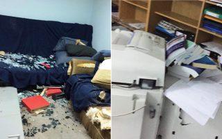 Εκτεταμένες ζημιές προκλήθηκαν στα γραφεία της ΔΑΠ-ΝΔΦΚ Πολιτικών Μηχανικών στην Πολυτεχνειούπολη του Ζωγράφου, μετά την επίθεση κουκουλοφόρων, το βράδυ της περασμένης Παρασκευής.