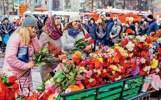 Μερικές αγκαλιές λουλούδια στη μνήμη των 64 ατόμων που βρήκαν φρικτό θάνατο στην πυρκαγιά εμπορικού κέντρου στην πόλη Κεμέροβο της Σιβηρίας. Τα αίτια της πυρκαγιάς παραμένουν άγνωστα, αλλά σύμφωνα με κάποιες πληροφορίες μπορεί να ξεκίνησε από τον παιδότοπο του εμπορικού κέντρου, όταν ένας μικρός που διέθετε αναπτήρα έβαλε φωτιά στο τραμπολίνο που είχε επένδυση από αφρώδες υλικό. Αλλοι αποδίδουν την πυρκαγιά σε βραχυκύκλωμα, που συνέβη σε κάποιον από τους κινηματογράφους του εμπορικού κτιρίου.