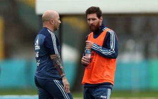 Ο Χ. Σαμπαόλι προσπαθεί να αποφορτίσει τον Μέσι ενόψει Μουντιάλ, καθώς βλέπει ότι η πίεση και η προσμονή για ένα Κύπελλο από τους Αργεντίνους βαραίνουν τους ώμους του παίκτη του.