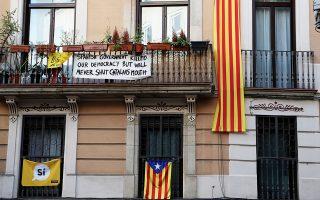 «Δεν θα μας φιμώσετε» δηλώνει αυτό το πανό σε σπίτι της Βαρκελώνης.