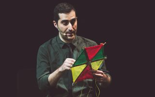 Ο Ζαχαρίας Καρούνης, καλλιτέχνης εσωτερικής πνοής, στην παράσταση «Είμαι».