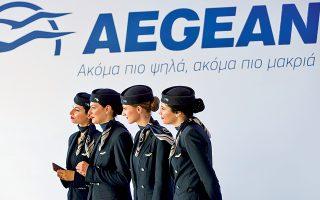 Αεροσυνοδοί της Aegean Airlines παρακολουθούν τον αντιπρόεδρο της εταιρείας Ευτύχη Βασιλάκη, ο οποίος ανακοίνωσε το προσύμφωνο με την Airbus για την αγορά 42 αεροσκαφών Α320neo και Α321neo. Το συνολικό κόστος της αγοράς ανέρχεται σε 5 δισ. δολάρια σε τιμές τιμοκαταλόγου και αποτελεί τη μεγαλύτερη ιδιωτική επένδυση στην Ελλάδα.