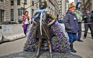 Υπερκορίτσι. Το ατρόμητο κορίτσι, το άγαλμα που θα έμενε για λίγο καιρό (αλλά έγινε τόσο αγαπητό που κανείς δεν το αφαίρεσε) μπροστά από τον περίφημο ταύρο- σήμα κατατεθέν- του Χρηματιστηρίου της Νέας Υόρκης, πρωταγωνίστησε και στην ημέρα της γυναίκας. Εβαλε μια κάπα με λουλούδια και ντύθηκε υπερήρωας. REUTERS/Mario Anzuoni