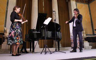 Η 19χρονη Μαρία Μαρίκα, από τη Ρουμανία, λαμβάνει οδηγίες από τον διεθνούς φήμης Ελληνα σολίστ του βιολιού Λεωνίδα Καβάκο. «Παίζεις σαν το σπίτι σου να είναι η πόλη και εμείς στο κοινό να είμαστε στα προάστια», της λέει. Η «Κ» παρακολούθησε το διεθνές σεμινάριο βιολιού που διοργανώνει για έβδομη χρονιά το ωδείο «Μουσικοί Ορίζοντες» με καλεσμένο τον πολυβραβευμένο Ελληνα σολίστ. «Είναι κρίμα που δεν διδάσκει πιο συχνά», λέει η Μαρία στην «Κ» μετά το πέρας του μαθήματος με τον Λεωνίδα Καβάκο. Σελ. 14